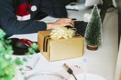 Boîte-cadeau de Noël dans le bureau Images libres de droits