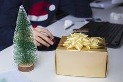 Boîte-cadeau de Noël dans le bureau Photographie stock libre de droits