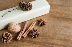 Boîte-cadeau de Noël dans le style rustique décoré des cônes de pin, cannelle, noix sur le fond en bois Copiez l'espace Image libre de droits