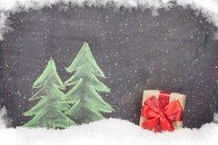 Boîte-cadeau de Noël et arbre de sapin tiré par la main Photographie stock libre de droits