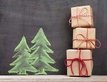 Boîte-cadeau de Noël et arbre de sapin tiré par la main Images stock