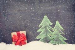 Boîte-cadeau de Noël et arbre de sapin tiré par la main Photos libres de droits