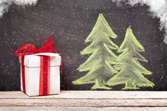 Boîte-cadeau de Noël et arbre de sapin tiré par la main de Noël Photos libres de droits