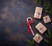 Boîte-cadeau de Noël et canne de sucrerie Images libres de droits