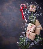 Boîte-cadeau de Noël et canne de sucrerie Image libre de droits