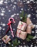 Boîte-cadeau de Noël et canne de sucrerie Photographie stock libre de droits