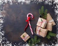 Boîte-cadeau de Noël et canne de sucrerie Photos stock