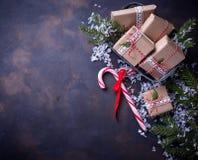 Boîte-cadeau de Noël et canne de sucrerie Images stock