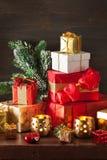 Boîte-cadeau de Noël et lumière de décoration images stock