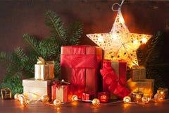 Boîte-cadeau de Noël et lumière de décoration photographie stock libre de droits