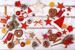 Boîte-cadeau de Noël sur la configuration plate de chaos sur la table blanche Images libres de droits