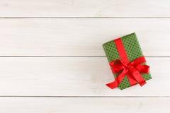 Boîte-cadeau de Noël sur la table en bois blanche Vue supérieure avec l'espace de copie Photographie stock