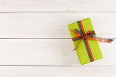 Boîte-cadeau de Noël sur la table en bois blanche Vue supérieure avec l'espace de copie Image stock