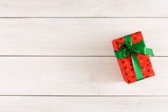 Boîte-cadeau de Noël sur la table en bois blanche Vue supérieure avec l'espace de copie Photos libres de droits