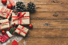 Boîte-cadeau de Noël sur la table en bois holyday photos stock