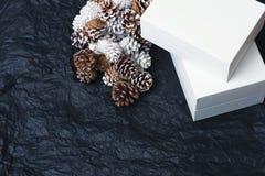 Boîte-cadeau de Noël sur le papier chiffonné par fond noir images stock