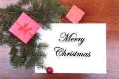 Boîte-cadeau de Noël sur un bureau en bois avec la lettre pour l'espace de copie Image stock