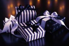 Boîte-cadeau de Noël sur un fond foncé Photos stock
