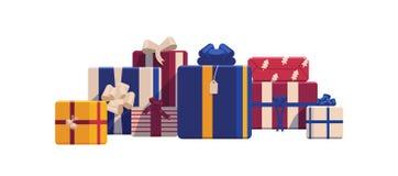 Boîte-cadeau de Noël de vacances enveloppés en papier coloré lumineux et décorés des rubans et des arcs De fête emballé Images libres de droits