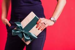 Boîte-cadeau de nouvelle année de Noël avec l'arc vert rouge photographie stock