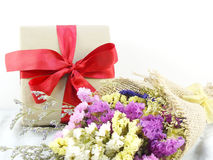 Boîte-cadeau de papier de métier avec l'arc de ruban et bouquet de fleur avec la texture de tissu Photo libre de droits