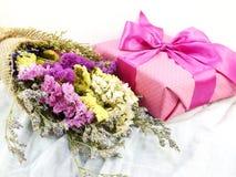 Boîte-cadeau de papier de métier avec l'arc de ruban et bouquet de fleur avec la texture de tissu Photos stock