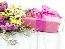 Boîte-cadeau de papier de métier avec l'arc de ruban et bouquet de fleur avec la texture de tissu Image stock