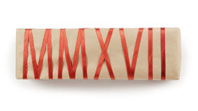 Boîte-cadeau de papier de métier avec le ruban rouge formant le texte MMXVII Photo libre de droits