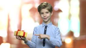 Boîte-cadeau de participation de garçon sur le fond brouillé banque de vidéos