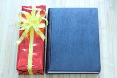 Boîte-cadeau de rubans multicolores disposés admirablement Photo libre de droits