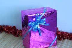 Boîte-cadeau de rubans multicolores disposés admirablement Photographie stock libre de droits