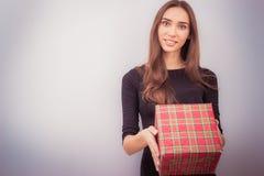 Boîte-cadeau de sourire de rouge de prise de femme Photo libre de droits