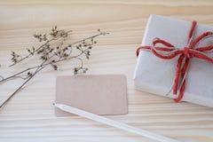 Boîte-cadeau de vintage, carte vierge et crayon sur le fond en bois Image stock