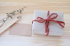 Boîte-cadeau de vintage, carte vierge et crayon sur le fond en bois Photographie stock