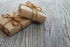Boîte-cadeau de vintage sur le fond en bois photo libre de droits