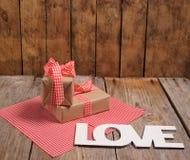 Boîte-cadeau de vintage sur le fond en bois Photos libres de droits