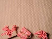 Boîte-cadeau de vintage sur le fond rustique de papier de vintage Image stock