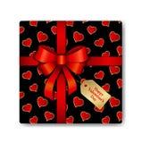 Boîte-cadeau de vue supérieure avec le modèle rouge de ruban et de coeurs Images stock