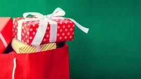 boîte-cadeau de vue supérieure dans le sac et le centre commercial Photographie stock libre de droits