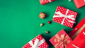 boîte-cadeau de vue supérieure dans le sac et le centre commercial sur la table verte Image libre de droits