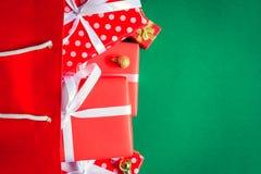 boîte-cadeau de vue supérieure dans le sac et le centre commercial sur la table verte Photographie stock libre de droits