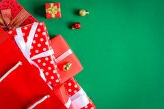 boîte-cadeau de vue supérieure dans le sac et le centre commercial sur la table verte Photographie stock