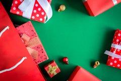boîte-cadeau de vue supérieure dans le sac et le centre commercial sur la table verte Images stock