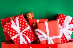 boîte-cadeau de vue supérieure dans le sac et le centre commercial sur la table verte Image stock