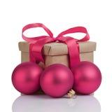 Boîte-cadeau de Wraped avec l'arc pourpre, boules de Noël Photo libre de droits