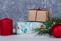Boîte-cadeau derrière la branche d'arbres de Noël Image libre de droits