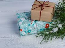 Boîte-cadeau derrière la branche d'arbres de Noël Images stock