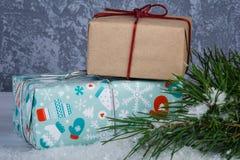 Boîte-cadeau derrière la branche d'arbres de Noël Photographie stock