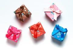 Boîte-cadeau dispersés au-dessus du fond blanc Image libre de droits