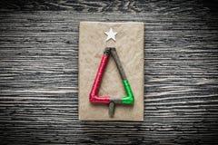 Boîte-cadeau emballé fait main de Noël sur le conseil en bois Image stock